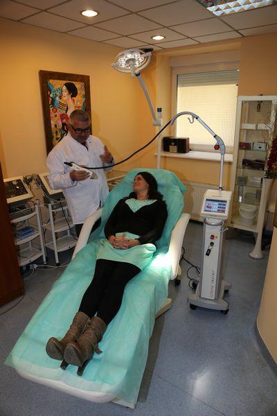 pacjentka podczas zabiegu redukcji zmarszczek